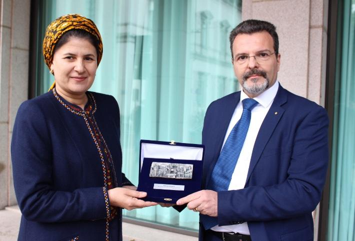Foto 1 - Dr. Caputo e Bahargul ABDYYEVA - Vice Premier del Turkmenistan